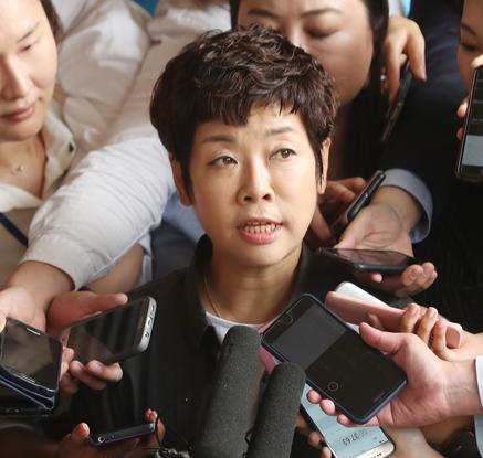 """""""이게 실화냐?""""…'MB블랙리스트' 김미화, 문성근 이어 검찰 출석"""