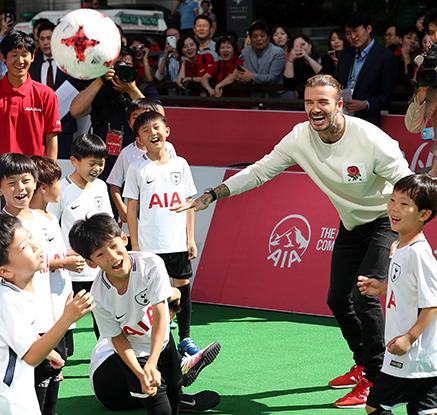 '네 번째 내한' 베컴, 청계광장서 어린이들과 축구