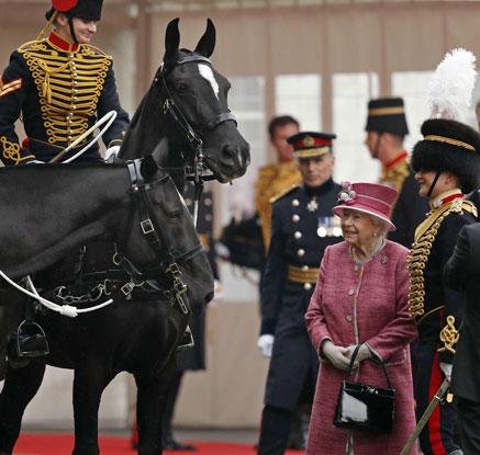 英 근위기병대 창설 기념식에 참석한 엘리자베스 여왕