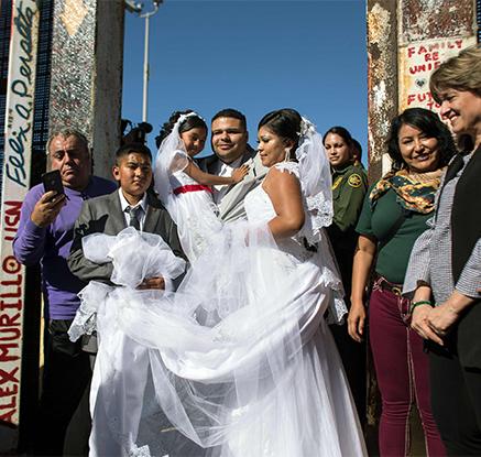 '장벽없는 사랑' 美-멕시코 커플 국경장벽서 결혼식