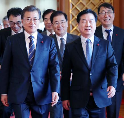 文대통령, 홍종학 중기벤처부 장관 임명…195일만에 내각 완성