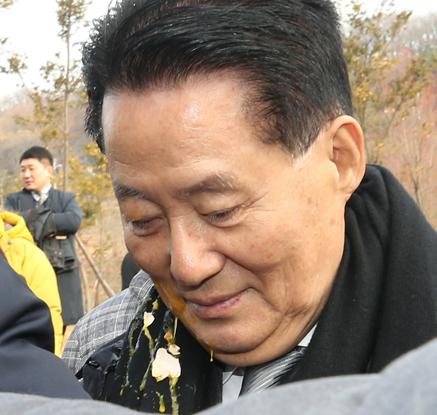 김대중마라톤대회에서 계란 맞은 박지원