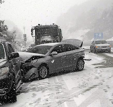 서해안고속도로서 눈길에 차량 26대 '쾅쾅쾅'…1명 사망·8명 부상