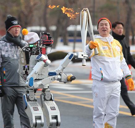평창올림픽 성화 봉송하는 로봇 '세계 최초'