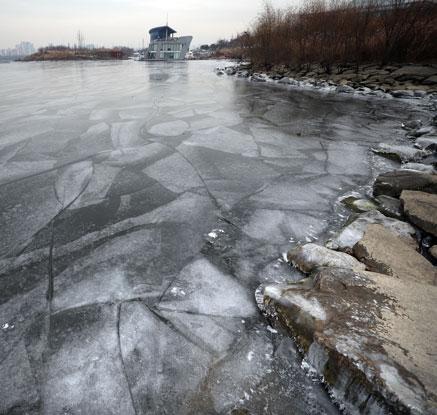 극한 추위에 한강도 얼었다…71년 만에 가장 빨라