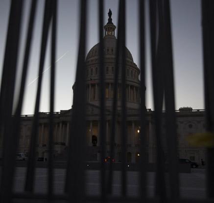 미국 4년여만에 결국 '셧다운'…국방·교통·보건외 업무 중단