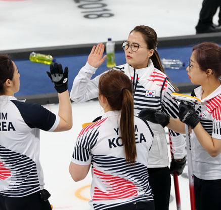 '강팀 킬러' 여자 컬링, 무패 스웨덴 격파…공동 1위 등극