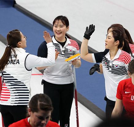 여자컬링, 미국 꺾고 '파죽의 5연승'…사상 첫 4강행