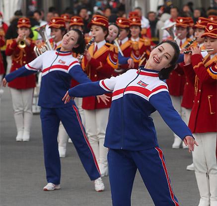 북한 응원단, 스타디움 앞 깜짝 공연…취주악에 성악·무용까지