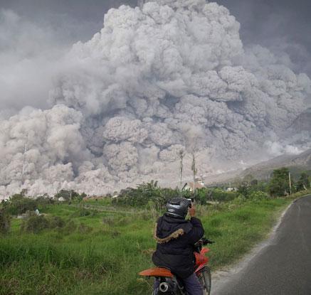 인도네시아 시나붕화산 또 폭발…화산재 5000m까지 치솟아