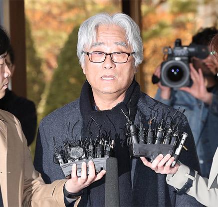 '단원 성폭행 혐의' 이윤택 경찰 출석