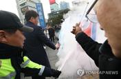 '서울역 김정은 화형식' 조원진 경찰 소환 불응