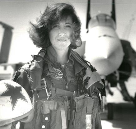 엔진폭발 美여객기 참사 막은 女조종사는  FA-18 호넷 軍전투기 조종사 출신