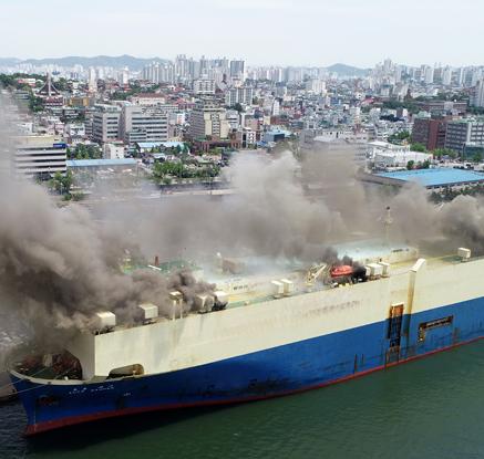 중고차 선적 선박에서 큰불