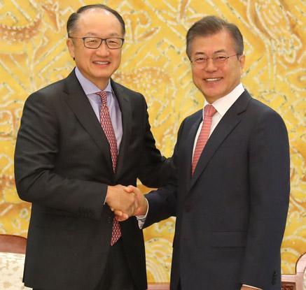 김용 세계은행 총재와 악수하는 문 대통령