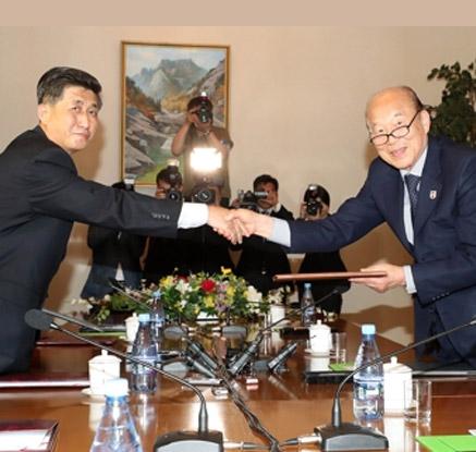 공동보도문 교환하는 남북적십자회담 대표단