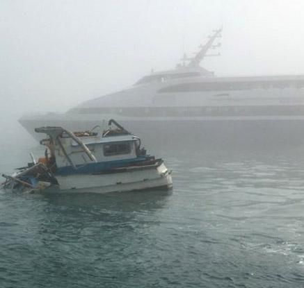 여객선 충돌로 침수된 어선
