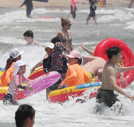 올해 첫 폭염주의보…전국 해수욕장 피서 인파 '북적'