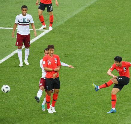 [월드컵] 한국, 손흥민 만회골에도 멕시코에 1-2 패배…탈락 위기
