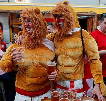 사자탈 쓴 잉글랜드팬의 승전 맥주 마시기