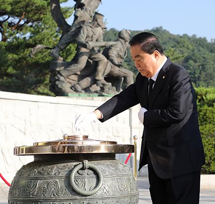 제헌절, 현충원 찾은 문희상 국회의장