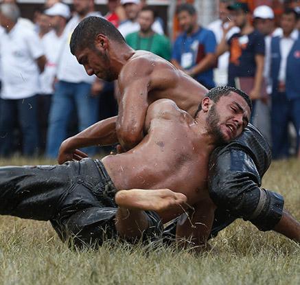'남자들의 끈적한 승부?'…터키 오일 레슬링