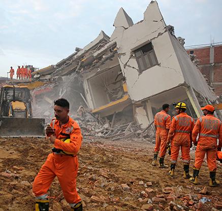 인도서 건물 두 채 붕괴…최소 3명 사망·수십명 깔려