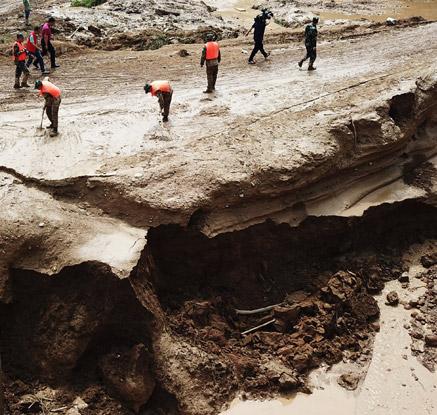 폭우에 쓸려나간 中간쑤성 둥샹족 자치현