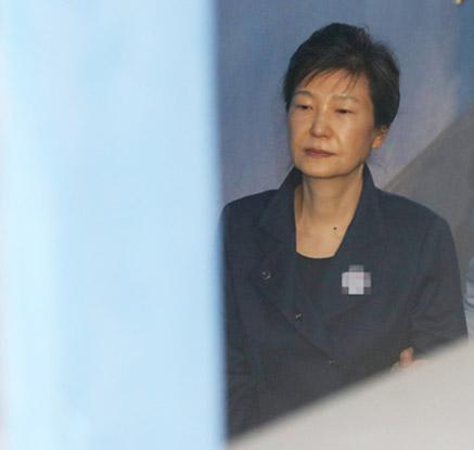 박근혜 1심 재판 마무리…국정농단+특활비+공천개입 징역 32년