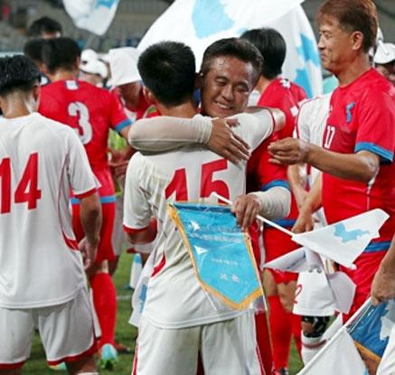 """""""우리는 하나다""""…축구로 하나된 남북 노동자"""