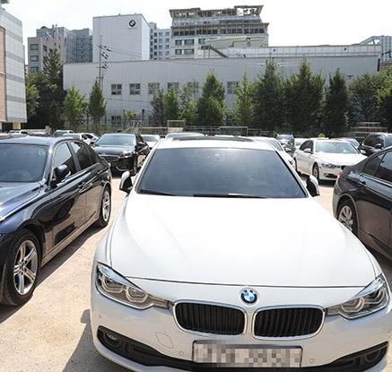 서비스센터 옆 학교 운동장에 가득 찬 BMW 차들