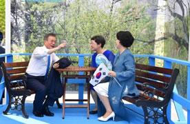 """용산서 첫 광복 경축…문대통령, 도보다리 모형 보자 """"앉아보자"""""""