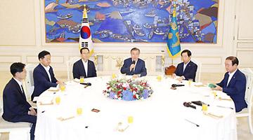 """문대통령-5黨원내대표 '협치' 합의…""""여야정 협의체 분기 개최"""""""