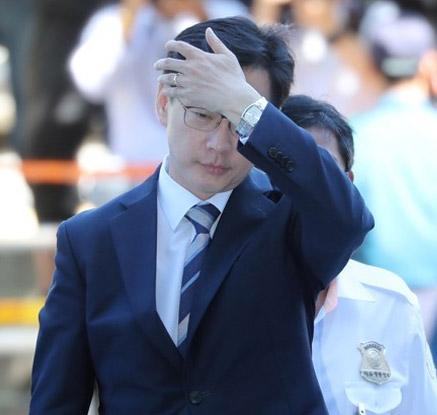 '구속 위기' 김경수 지사 법원 출석