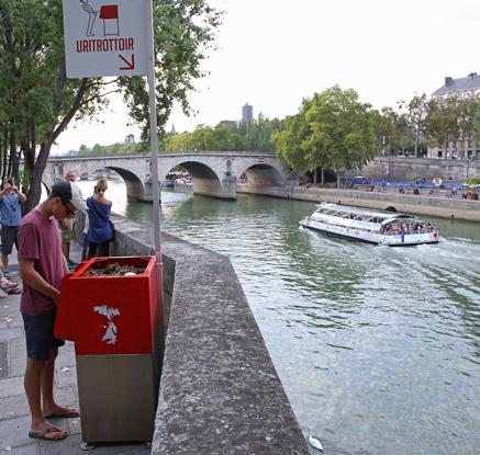 ′민망함은 시민의 몫′…파리에 설치된 야외 공중 소변기