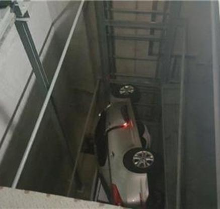 부산 주차타워에서 승용차 아래로 추락