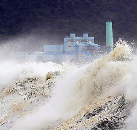 태풍 '솔릭' 제주 접근…차도 뒤집히는 초속 40미터 돌풍 '비상'