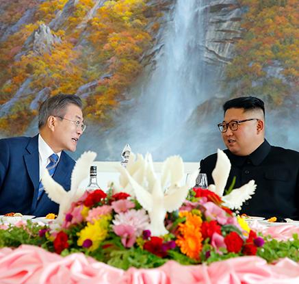 옥류관서 대화하는 남북정상