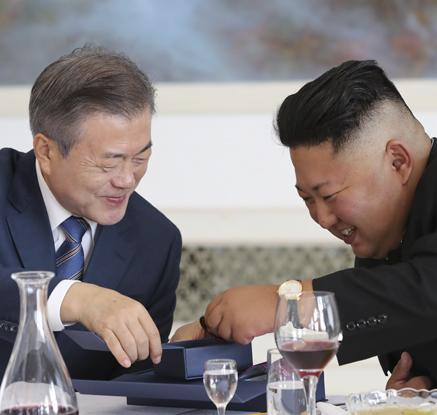 [평양정상회담] 판문점 회담 기념메달 선물