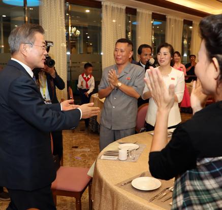 문대통령, 대동강 수산물 식당에서 평양 시민들과 대화