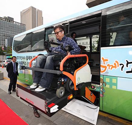 내년부터 장애인도 휠체어 타고 고속버스 탈 수 있어요