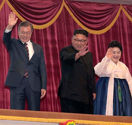 문대통령 부부-김정은 부부, 삼지연 관현악단 공연 동반관람