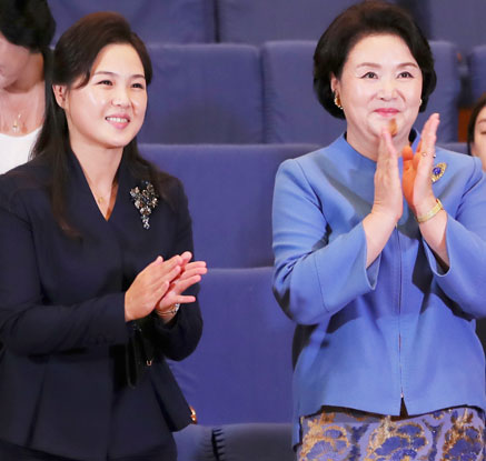 """""""제가 없어지나요""""…농담도 해가며 김정숙 여사 살뜰히 챙긴 리설주"""