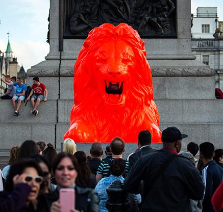 도심에 나타난 붉은 사자상…런던 디자인 페스티벌