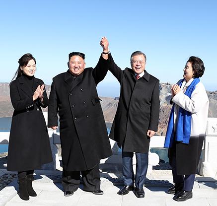 남북정상, 백두산 천지 올라...문대통령 오늘 오후 귀환