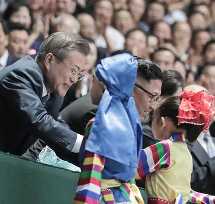 남북정상 내외, 북한 집단체조 '빛나는 조국' 관람…15만 기립박수