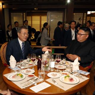"""[영상] 남북정상, 평양시민 곁에서 만찬 """"맛있습니까"""""""