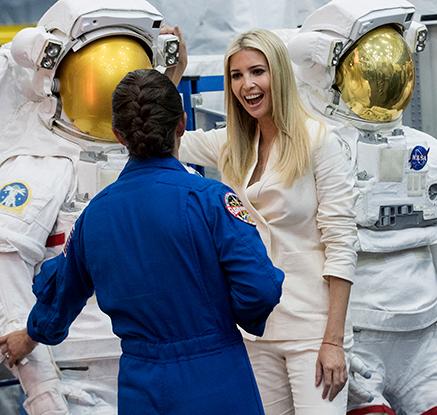 트럼프 장녀 이방카, 존슨 우주 기지 탐방