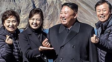 김정은 '손가락하트' 그리며 만면에 미소…리설주가 떠받쳐