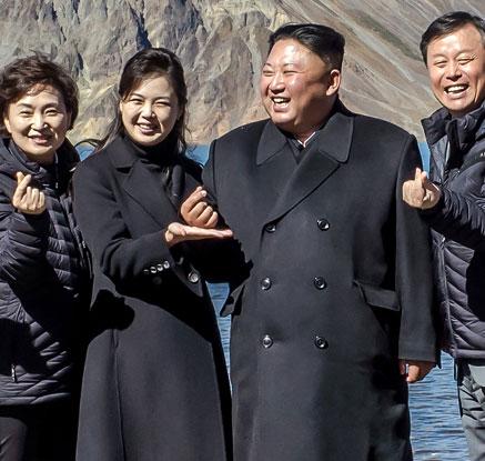 """'손가락 하트' 사진 찍은 김정은…""""나는 모양이 안 나옵니다"""""""